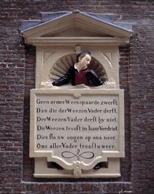 Reliëf van weesmeisje uit muur bij ingang Kalverstraat