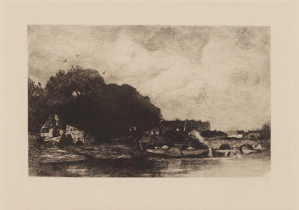 Huis aan de waterkant met bootjes en een brug